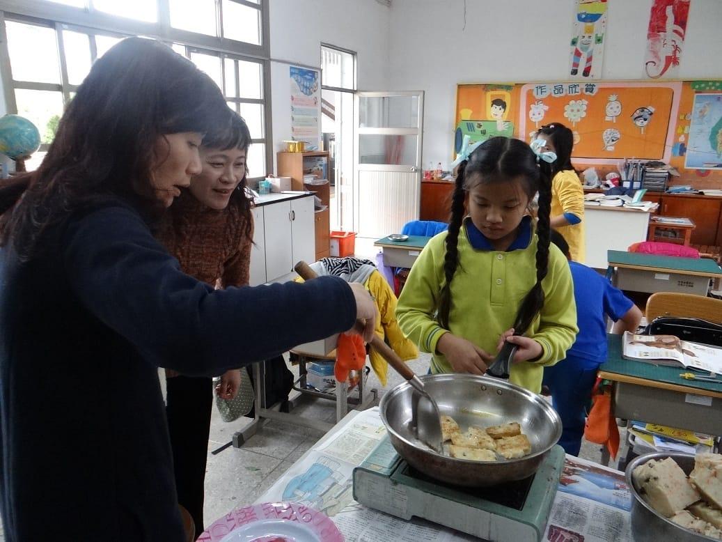 怕小朋友煎的蘿蔔糕無法成漂亮的形狀,老師先出馬煎一盤請老師們品嚐..........
